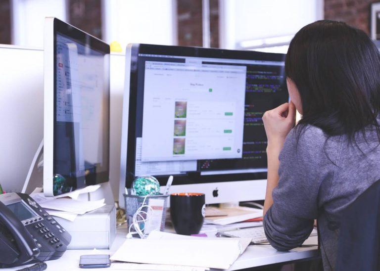 5 Eigenschaften, die verursachen, dass eine Frau besser programmieren kann als ein Mann